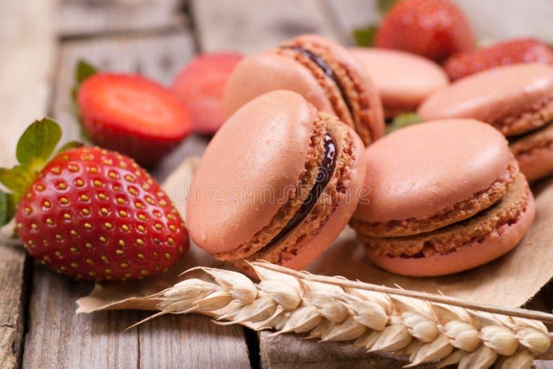 Macarons avec des fraises photo libre de droits