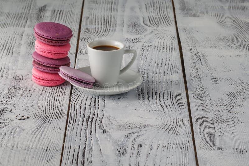 Download Macarons Avec La Tasse De Café Sur Le Fond En Bois Image stock - Image du gâteau, pâtisserie: 77156943