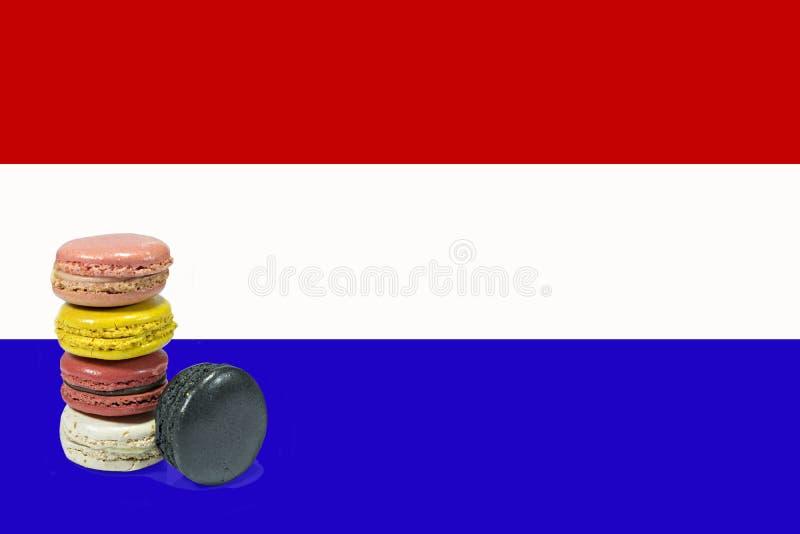 Macarons avec le drapeau français sur d'isolement photo libre de droits