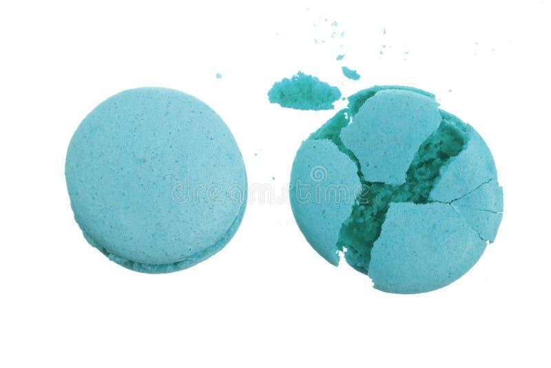Macarons azules quebrados aislados en el primer blanco del fondo fotografía de archivo