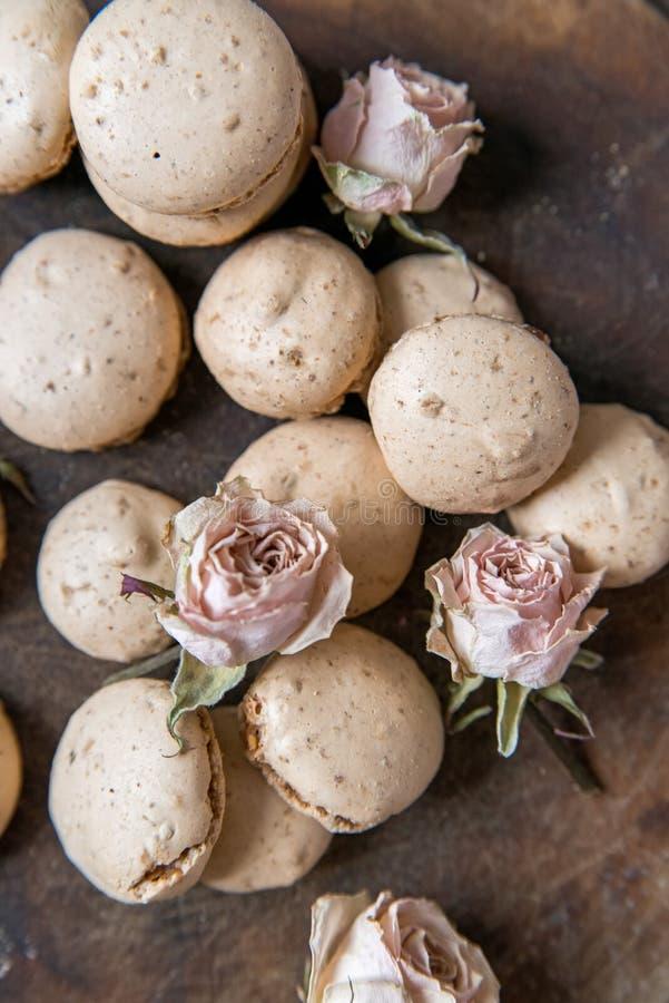 Macarons bege e fundo seco do vintage das rosas imagens de stock royalty free