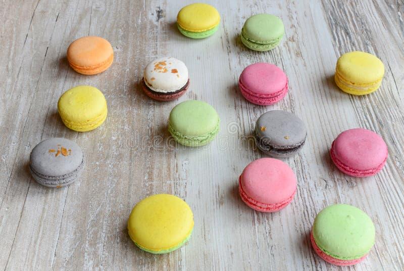 Macarons colorés images stock