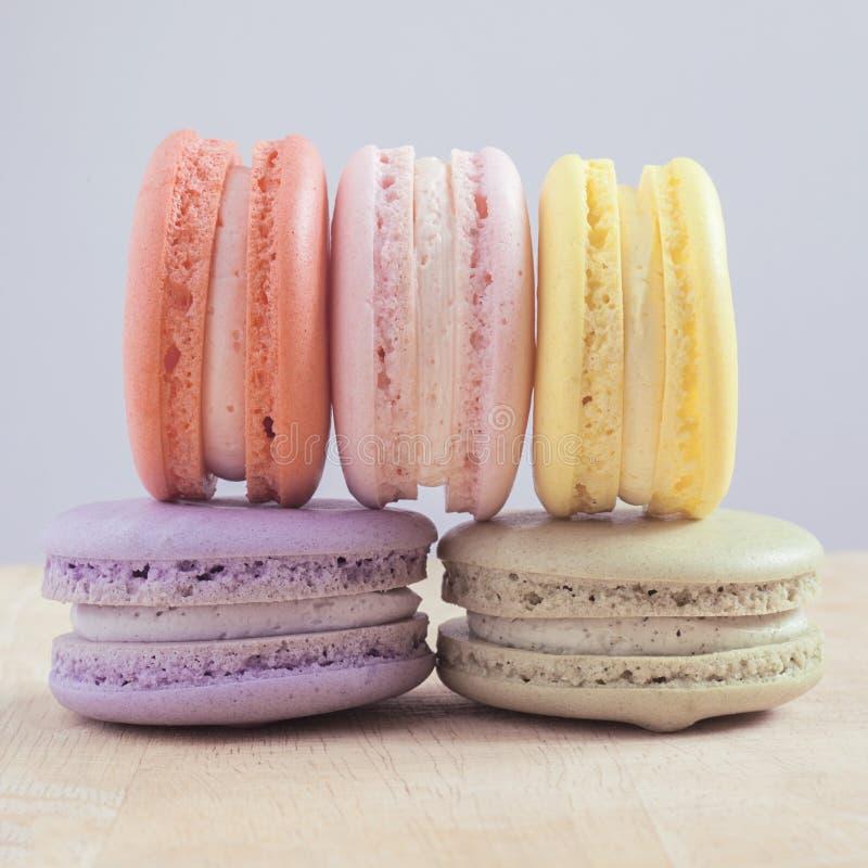Macarons colorés avec le ton de couleur en pastel de vintage images stock