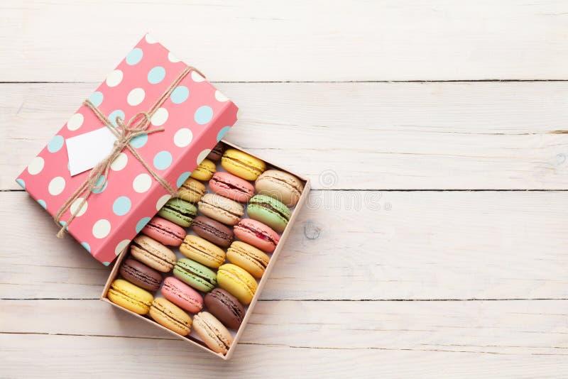Macarons colorés dans un boîte-cadeau photographie stock libre de droits