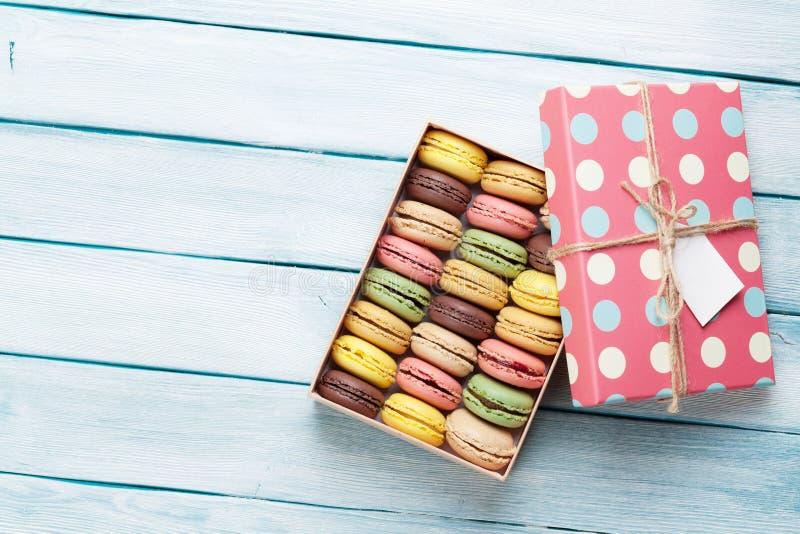 Macarons colorés dans un boîte-cadeau photos libres de droits