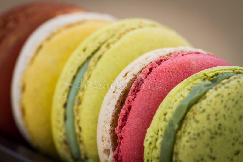 Macarons colorés de plan rapproché photographie stock