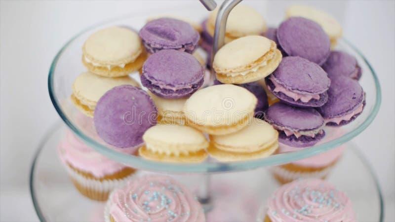 Macarons colorés doux clip Biscuits d'amande colorés admirablement décorés dans un vase pour des bonbons sur le fond blanc images stock