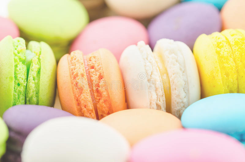 Macarons colorés français traditionnels images libres de droits