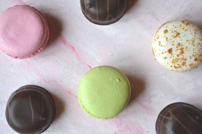 Macarons colorés sur la table texturisée rose photographie stock libre de droits