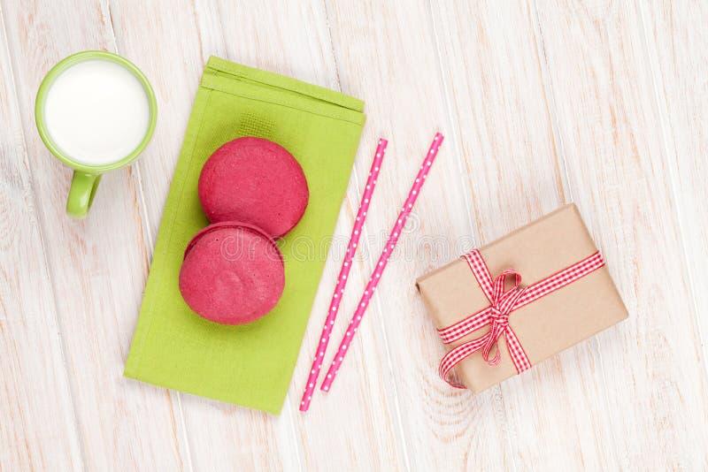 Macarons colorés, tasse de lait et boîte-cadeau images libres de droits
