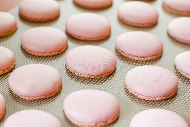 Macarons color de rosa recientemente cocidos foto de archivo