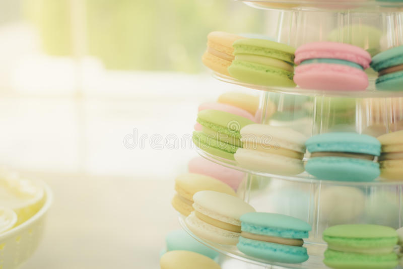 Macarons coloridos del primer en soporte plástico pirámide-formado foto de archivo libre de regalías