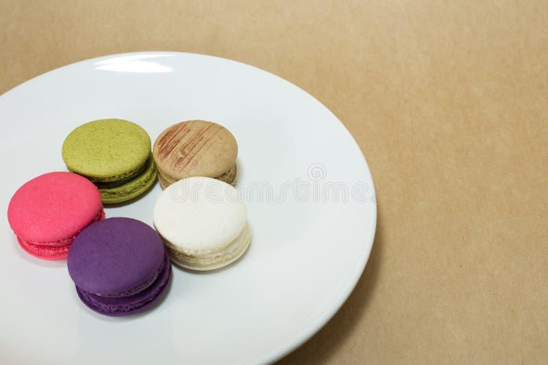Macarons coloridos en el plato blanco fotografía de archivo