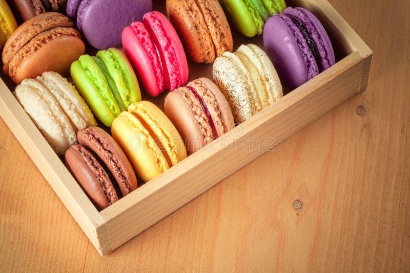 Macarons coloridos franceses tradicionais em uma caixa fotografia de stock royalty free