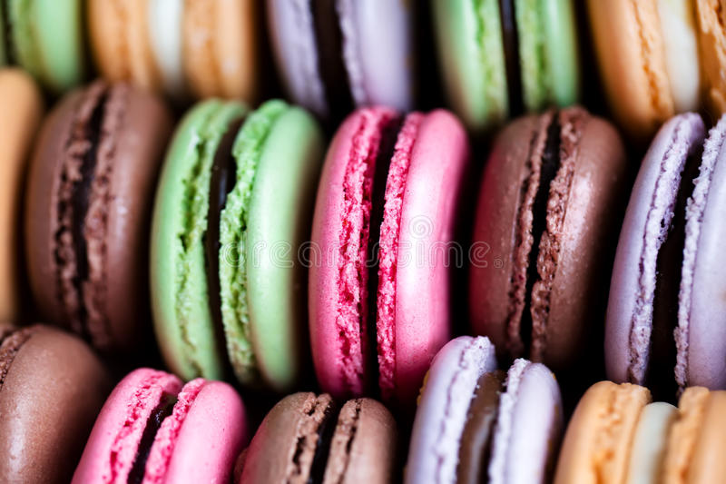 Macarons coloridos franceses tradicionales fotos de archivo