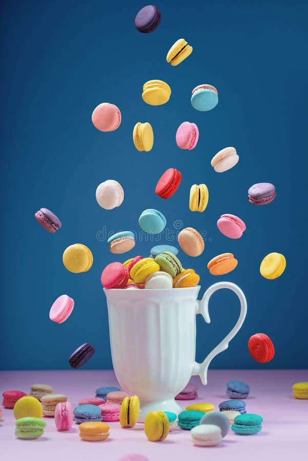 Macarons coloridos ou bonito doce da sobremesa dos bolinhos de amêndoa a comer imagens de stock royalty free