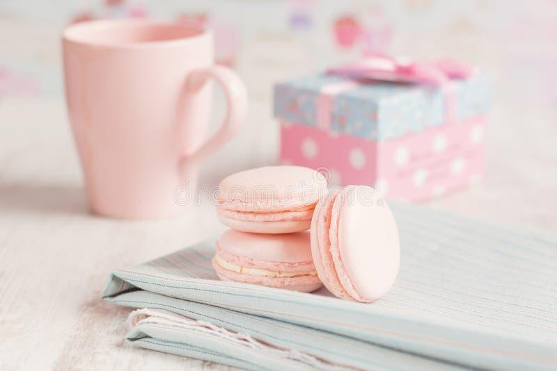 Macarons cor-de-rosa românticos imagem de stock royalty free