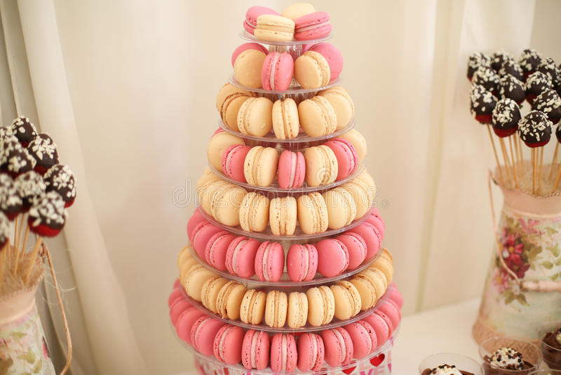 Macarons délicieux sur le support image stock