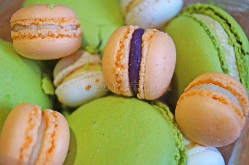 Macarons d'orange et blanc verts avec des saveurs de lait et d'abricot de pistache photos stock