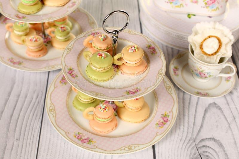 Macarons dans la forme de la tasse de café photographie stock