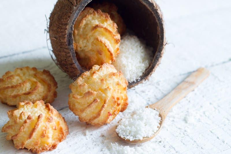 Macarons de biscuits de noix de coco avec le coprah sur un fond blanc photo stock