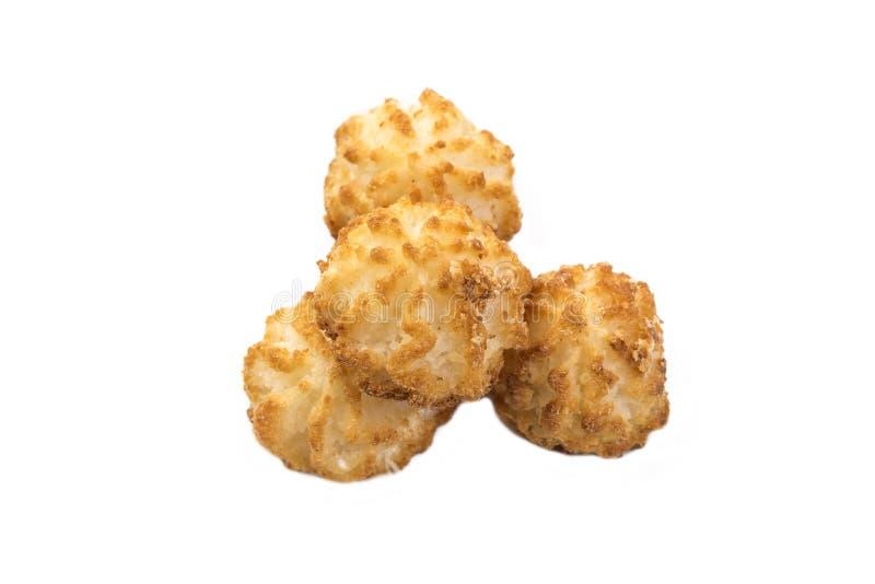 Macarons de biscuits de noix de coco avec le coprah sur un plan rapproché blanc de fond photographie stock libre de droits