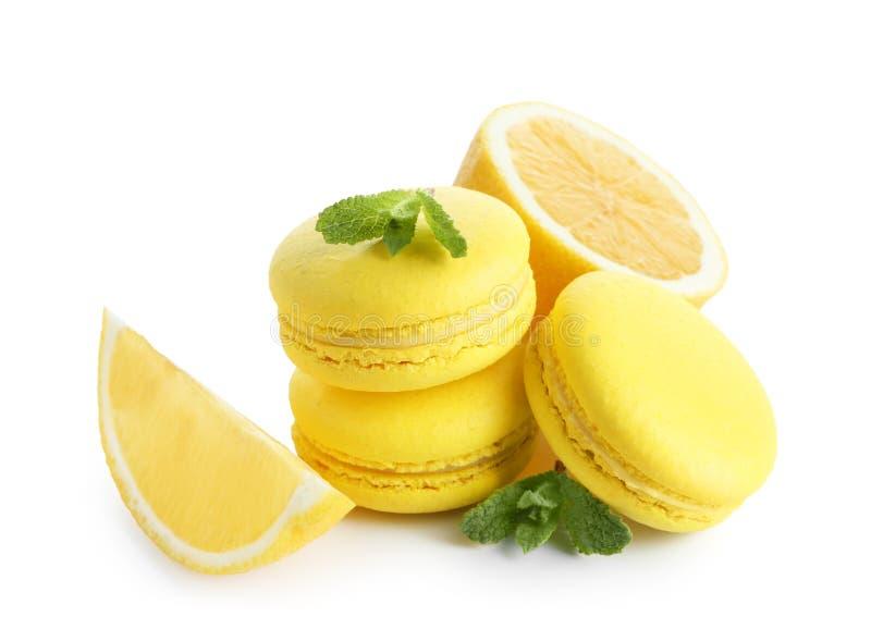 Macarons de citron avec le fruit et les feuilles en bon état coupés en tranches images stock