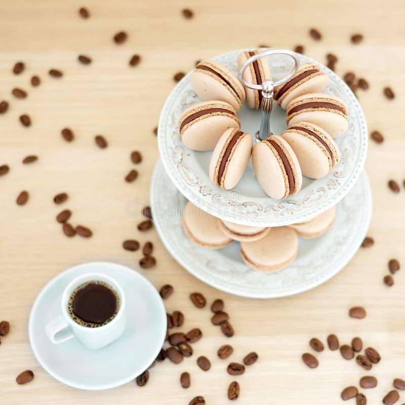 Macarons del café en un soporte imágenes de archivo libres de regalías
