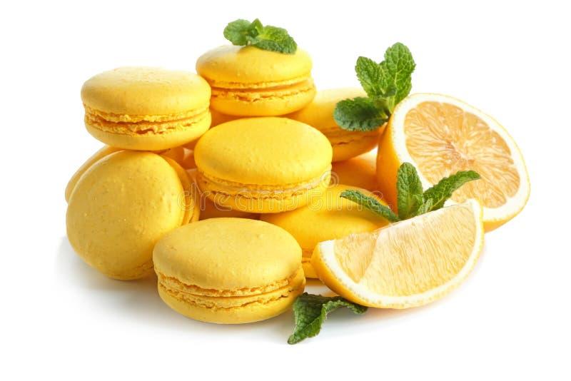 Macarons del limón con las hojas cortadas de la fruta y de menta imagen de archivo