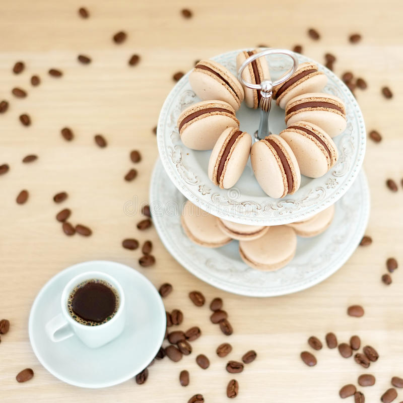 Macarons do café em um suporte imagens de stock royalty free
