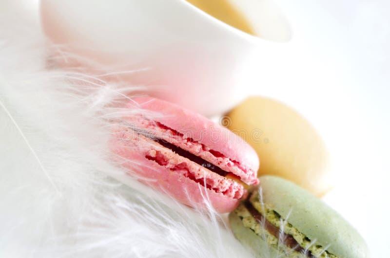 Macarons dolci con la tazza di caffè immagini stock