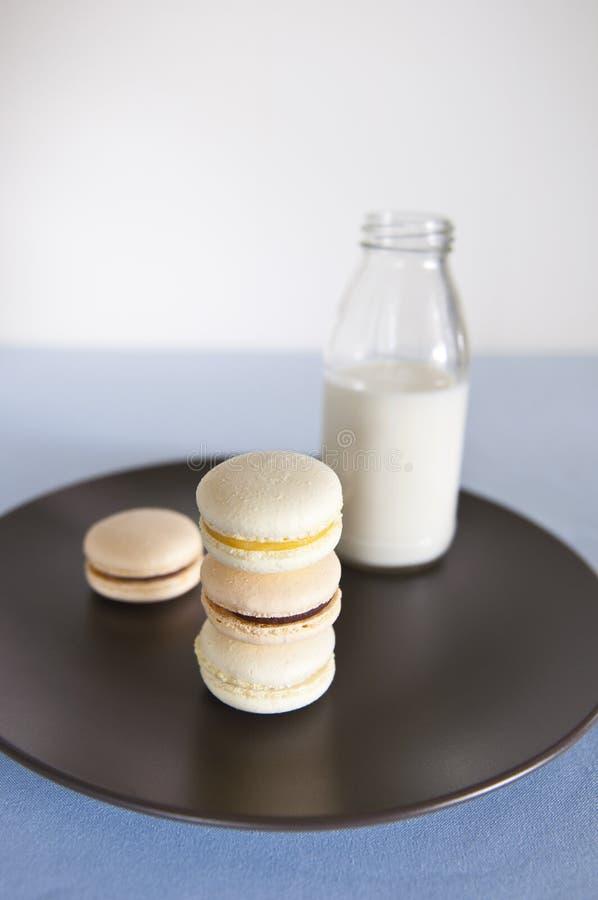 Macarons e latte immagine stock