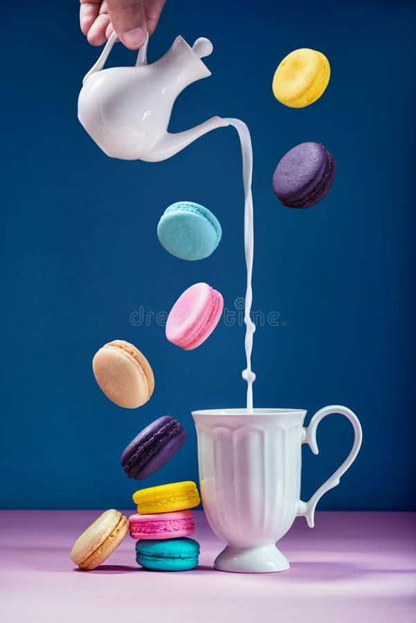 Macarons eller makron och mjölkar den sött härliga efterrätten för att äta royaltyfri foto