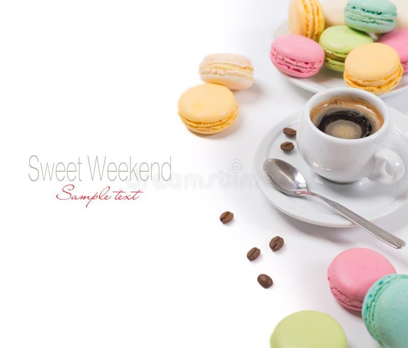 Macarons et expresso français colorés de café image stock