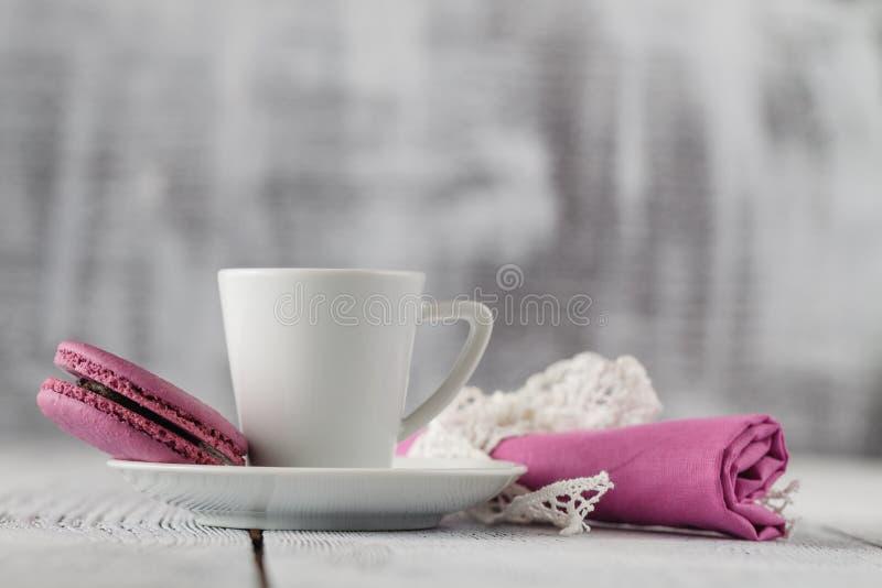 Download Macarons Et Tasse De Café Colorés Sur Chic Minable Image stock - Image du matin, durée: 77157721