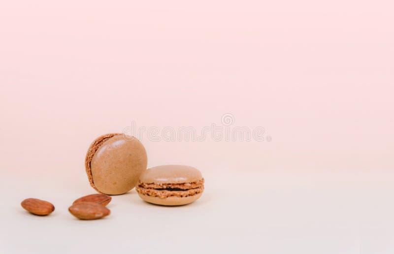 Macarons français de gâteau de macaron avec des amandes photos stock