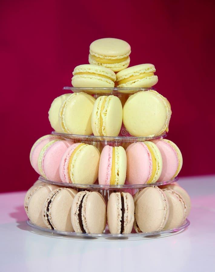 Macarons français sur le support de gâteau photographie stock libre de droits