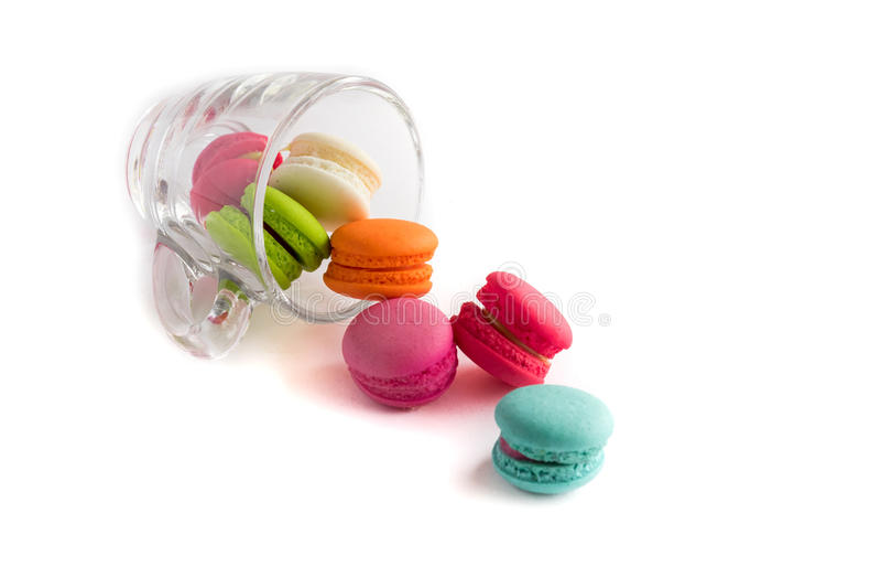 Macarons franceses coloridos no copo de vidro com fundo branco, swe fotografia de stock royalty free