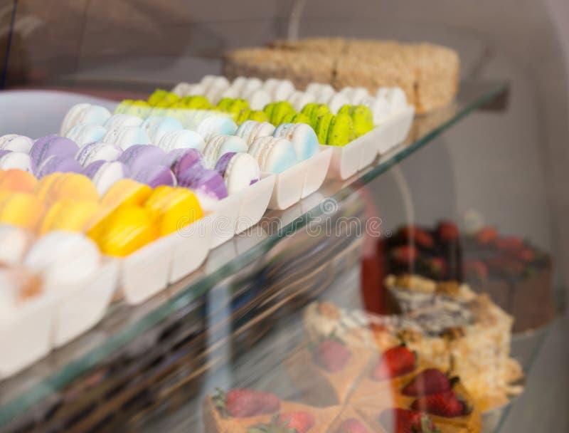Macarons franceses na exposição em uma padaria fotografia de stock