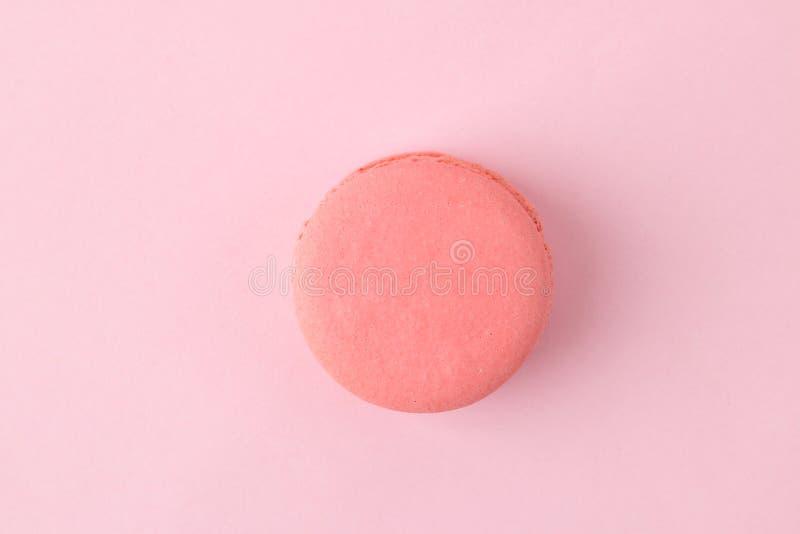 Macarons Franse multicolored makaronscakes kleine Franse zoete cake op heldere roze achtergrond Dessert snoepjes Hoogste mening m stock afbeelding