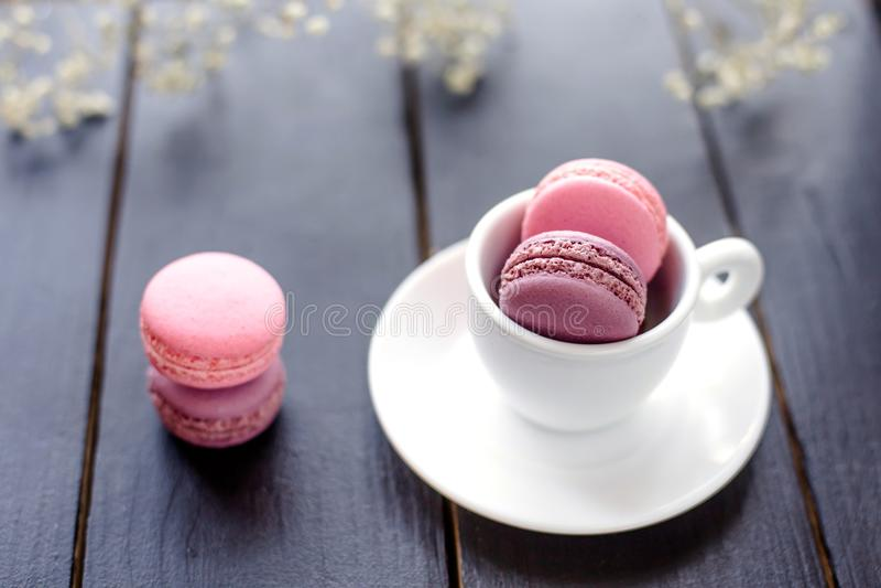 Macarons i kopp arkivbild