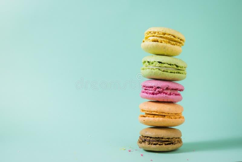 Macarons i olika färger royaltyfria foton