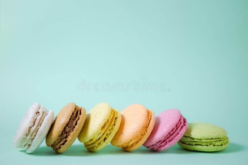 Macarons i olika färger Utrymme för kopierar arkivbilder