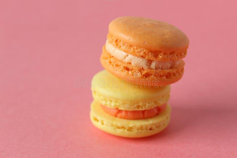 Macarons jaunes et oranges photographie stock