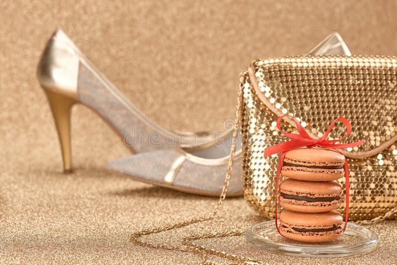 Macarons Luxe glanzende schoenen, handtasgoud wijnoogst royalty-vrije stock foto