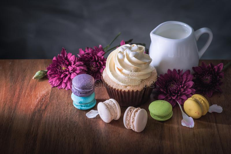 Macarons of makarons en cupcakes op houten dessert zoete mooi om te eten stock afbeelding