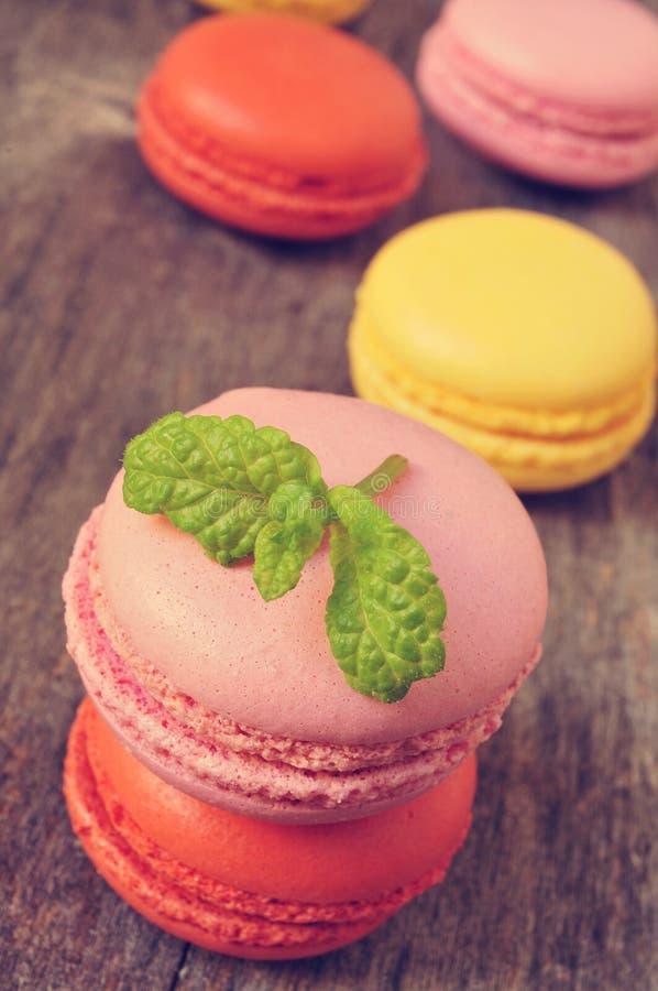 Macarons med olika färger och anstrykningar arkivbilder