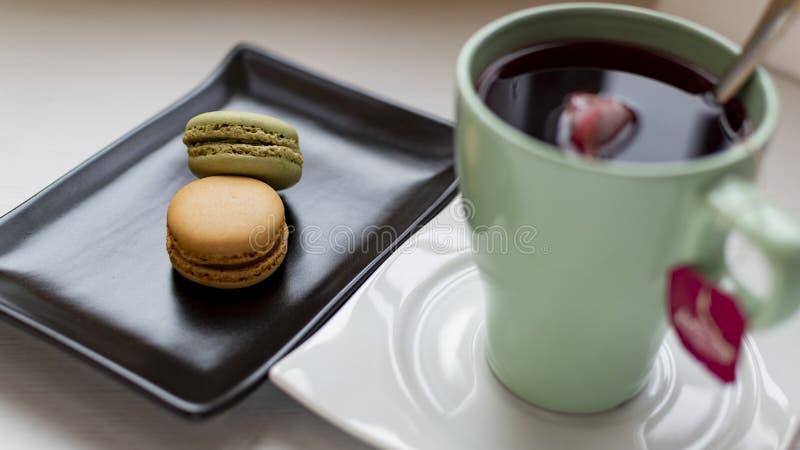 Macarons met thee stock foto