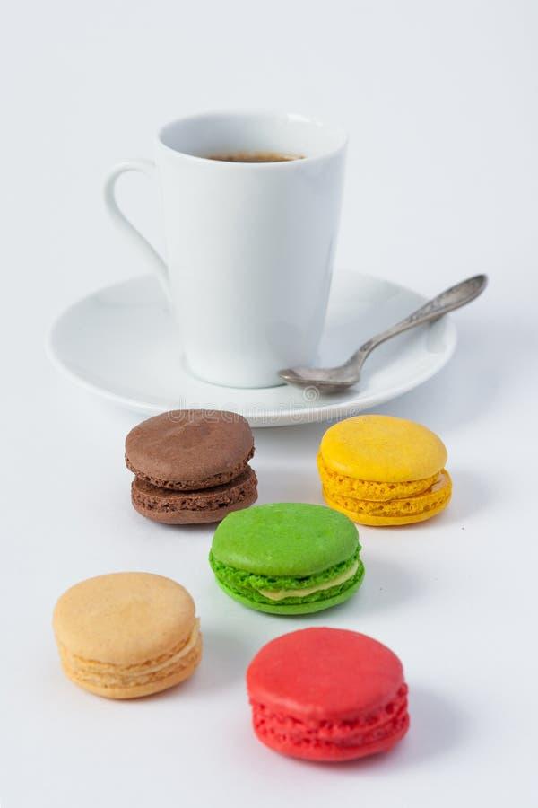 Macarons multicolori dei dolci e una tazza di caffè immagine stock libera da diritti