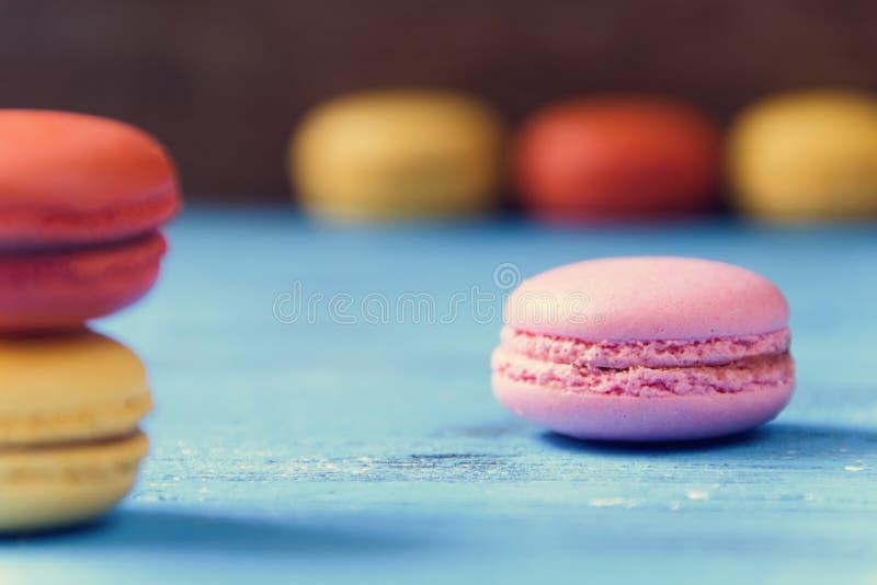 Macarons op een blauwe rustieke oppervlakte stock afbeeldingen